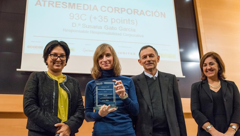Foto de entrega del Premio 'Best Improver Spain' otorgado por CDP a ATRESMEDIA. De izquierda a derecha, Diana Guzmán (directora de Europa del Sur CDP), Susana Gato (responsable de Responsabilidad Corporativa de ATRESMEDIA), Víctor Viñuales (director ejecutivo de Ecodes) y Mari Luz Castilla (socio responsable de Sostenibilidad y RSC en PwC)   Para descargar FOTOGRAFÍA: