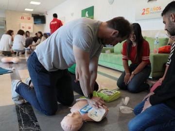 Más de 140 empleados de Atresmedia se forman para actuar en caso de parada cardíaca o atragantamiento