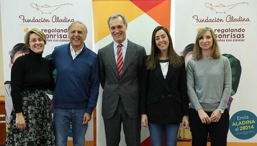 De izquierda a derecha, Patricia Pérez, Paco Arango, Silvio González, María Luisa Sarandeses y Susana Gato, en la firma del acuerdo de colaboración que se canalizará a través del Voluntariado Corporativo de los empleados de Atresmedia