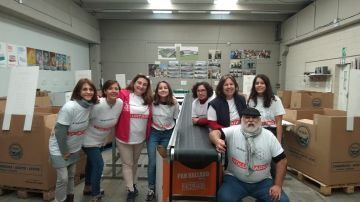 Voluntarios Atresmedia clasifican los alimentos donados en la Gran Recogida de Madrid