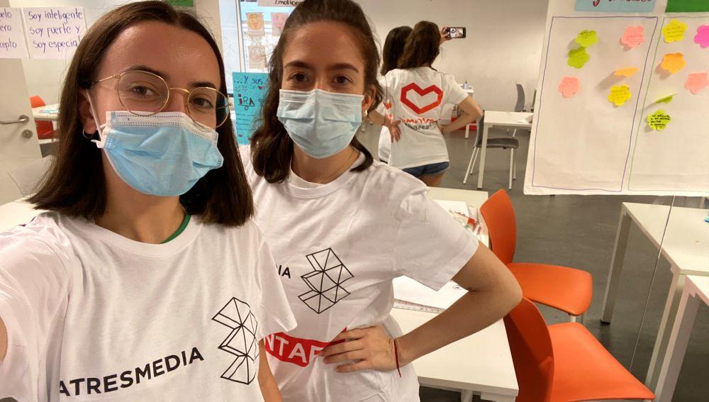 Ángela e Irene, voluntarias Atresmedia en los campamentos de Balia 2021