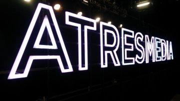 El plató del Debate Decisivo con el rótulo de Atresmedia