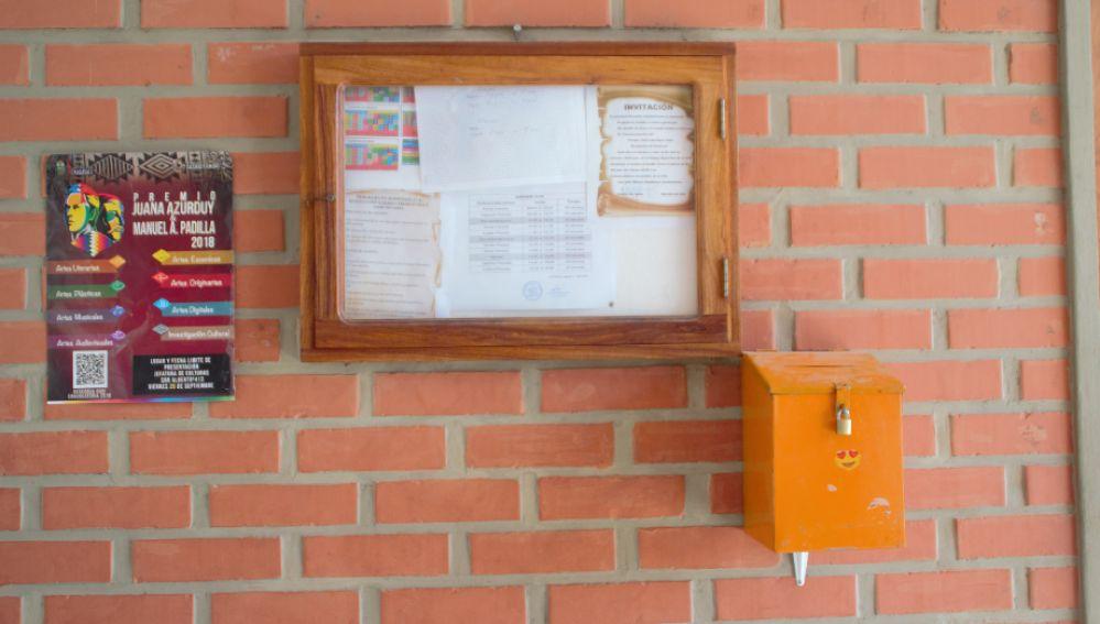 ¿Para qué sirve este buzón naranja en la entrada de los colegios?